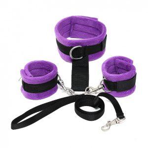Soft Bondage halsband met handboeien paars zwart